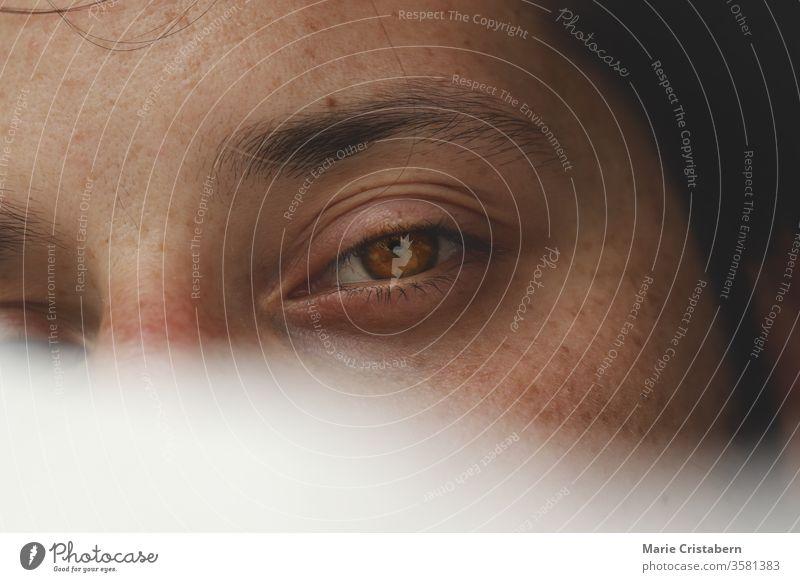 Konzeptionelles Porträt eines Mannes, der sich in einem Schleier verbirgt, um das Konzept der männlichen Verletzlichkeit, Intimität, Geschlechtsidentität, Geheimhaltung und psychischen Gesundheit zu zeigen