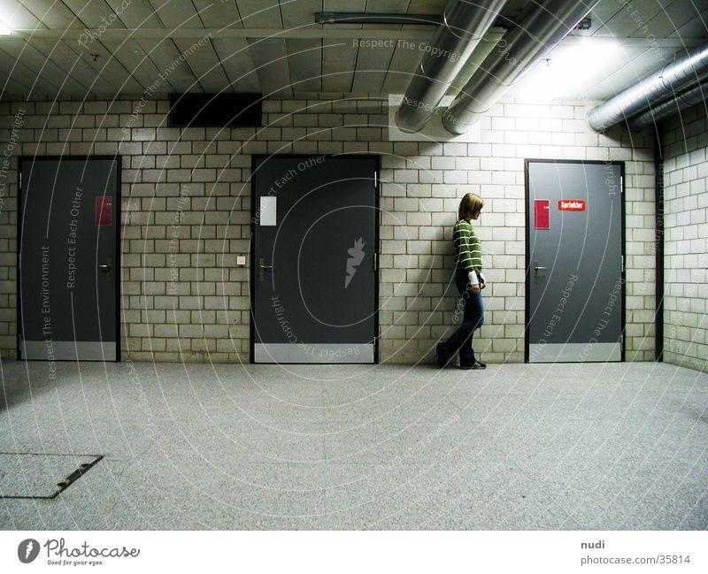 allein Frau Einsamkeit dunkel Mauer Denken Stimmung Raum Tür Fabrik Bodenbelag Lager