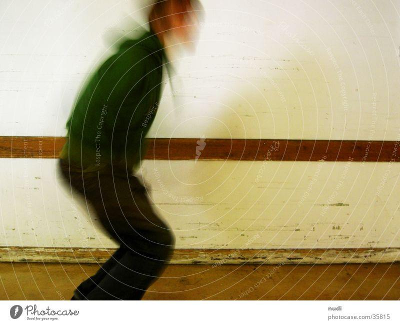 move springen Mann Wand weiß Unschärfe Langzeitbelichtung Bewegung Mensch Beine Kopf Bodenbelag
