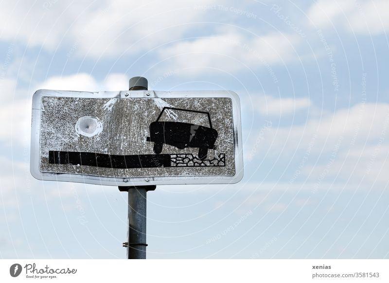 Besonderes Zusatzzeichen aus der Gruppe sonstige Beschränkung: Schlechter Fahrbahnrand mit Einschussloch Verkehrszeichen Strasse Auto Schild Verkehrsschild
