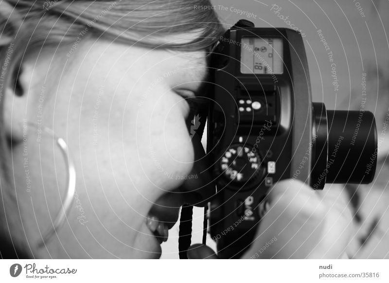 Das Lächeln hinter der Kamera Frau weiß Gesicht schwarz lachen Fotokamera Seite Wange