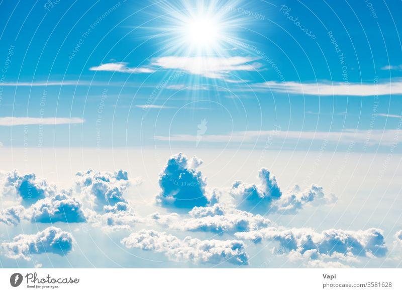blauer Himmel mit weißen Wolken Cloud Sonne Natur Hintergrund Wolkenlandschaft Antenne Sonnenstrahlen Strahlen Licht Farbe schön Tag hoch Kumulus Wetter