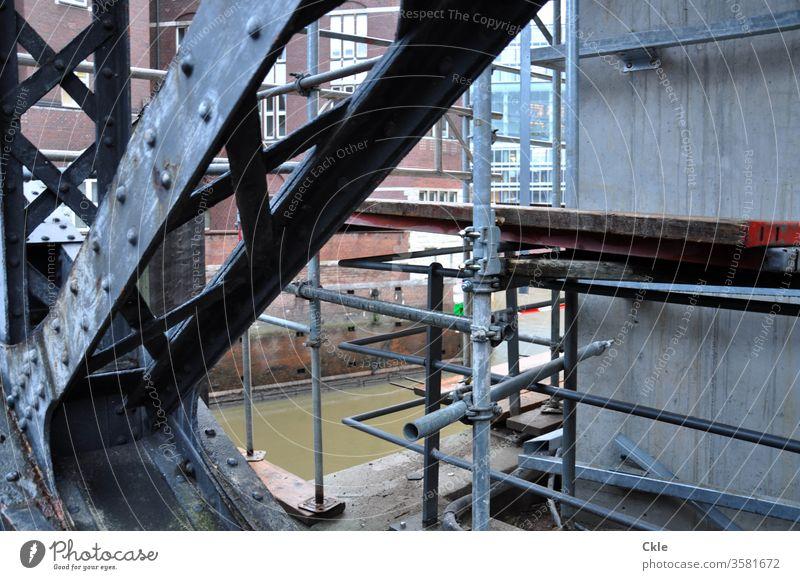 Hamburg Baugerüst Fleet Kanal Backsteinhäuser Hamburger Speicherstadt Hafencity Kontorhäuser Bürohäuser alt und neu Baustelle Alte Speicherstadt Brücke