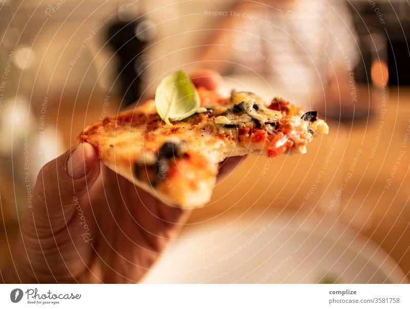 Eating Homemade Pizza pizza homemade selbstgemacht Italienisch Diner Restaurant Teller Abendessen Italiener Restaurante pizzastück Stück lecker backen