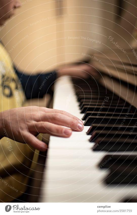 Klavierstunde klavierstunde E-piano tasten Tastatur Musik musik machen musizieren Junge Kind lernen Finger Klassik Lied Leidenschaft Lehrer