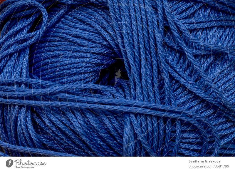 Garn zum Stricken von Nahaufnahmen mit blauem Hintergrund. diy Scrapbooking Handwerk handgefertigt Nähen Sammelalbum Hobby Gewebe Schneider Faser farbenfroh