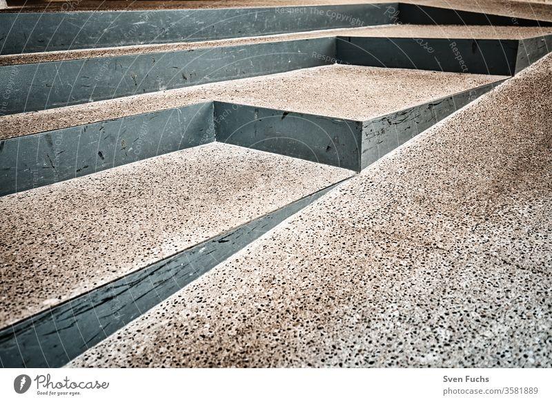 Eingangsbereich mit verschiedenen Treppenstufen treppe metall beton behindertengerecht rampe schräge textur hintergrund oberfläche muster grau weg abstrakt rauh