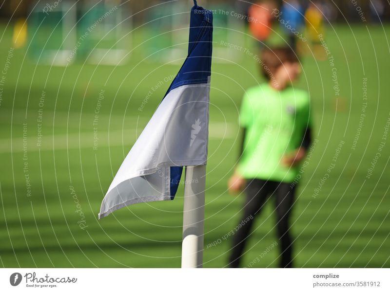 Jugendfussball - Training Fußball Fußballplatz trainieren eckfahne Spielen Trikot Platz Fußballer Fußballstadion Verein Kind Kinder Sport