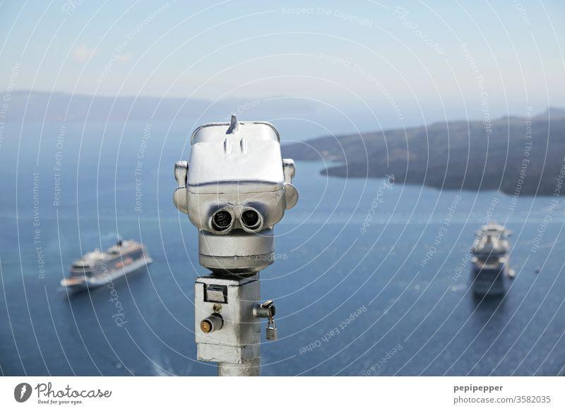Fernglas auf Santorin mit Blick auf Kreuzfahrtschiffe Außenaufnahme Griechenland blau Insel Mittelmeer Meer Ägäis Schönes Wetter Menschenleer face Gesicht