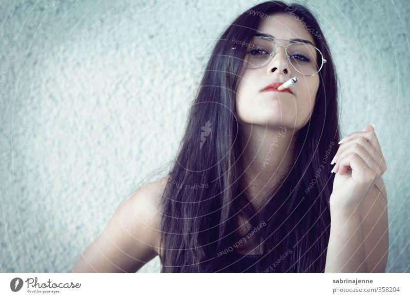 raudi feminin Junge Frau Jugendliche Erwachsene 1 Mensch 18-30 Jahre Brille schwarzhaarig langhaarig Aggression selbstbewußt Coolness standhaft Zigarette
