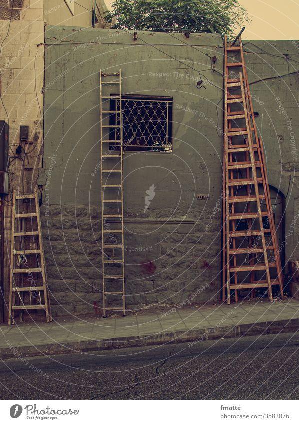 Leitern in Amman Jordanien Leitersprosse Karriere Wege & Pfade hinauf karriereleiter Außenaufnahme Wand Menschenleer Klettern Baustelle Renovieren Mauer