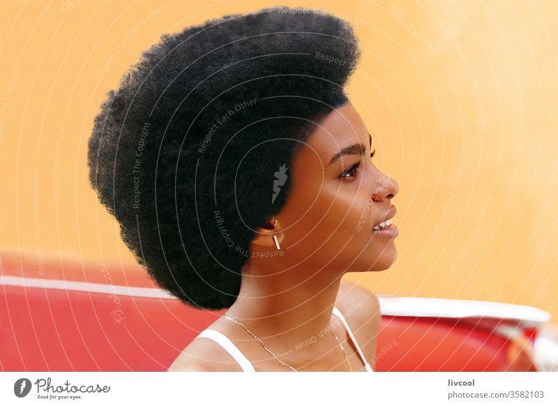 hübsches mädchen mit afro-haaren vor einem alten roten auto , havanna jung Frau Menschen Afrohaar Behaarung Kuba Havanna Karibik Insel Straße Lächeln Junge Frau