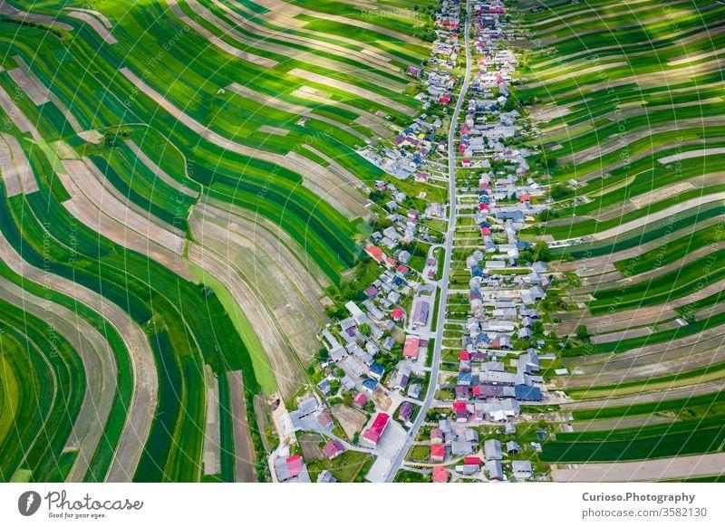 Polen von oben. Luftaufnahme der grünen landwirtschaftlichen Felder und des Dorfes. Landschaft mit Feldern in Polen. Typische polnische Landschaft. jura
