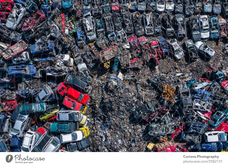 Luftaufnahme des Schrottplatzes. Alte rostige korrodierte Autos auf dem Autofriedhof. Autorecyclingindustrie von oben. verwendet Fahrzeuge Dröhnen Antenne Teile