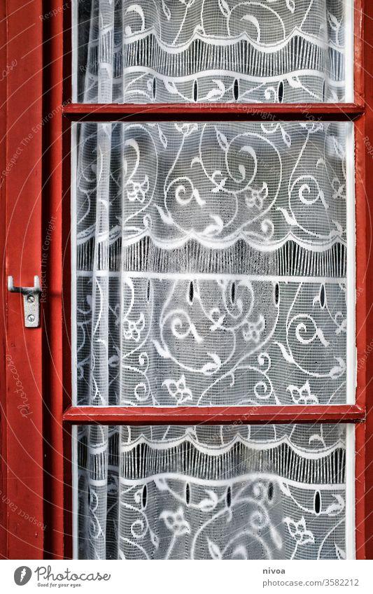 rotes Fenster mit Gardine Glas Spitze Menschenleer weiß Farbfoto Vorhang Haus Dekoration & Verzierung Häusliches Leben Tag alt Außenaufnahme Detailaufnahme