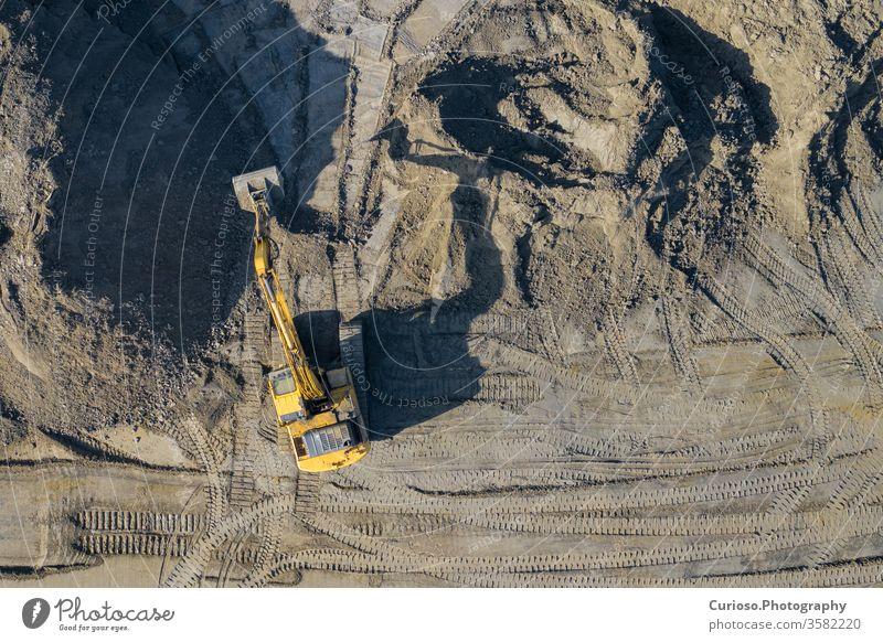 Luftaufnahme von Bagger und Baumaschinen. Maschinen und Grubenausrüstung von oben. Draufsicht auf den Industrieplatz. Mit Drohne aufgenommenes Foto. Bergbau