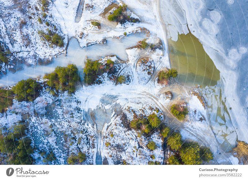 Luftaufnahme des zugefrorenen Sees. Winterlandschaft. Landschaftsfoto, aufgenommen mit einer Drohne über der Winterlandschaft. Ansicht Antenne oben Natur Schnee