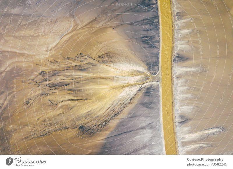 Luftaufnahme eines surrealistischen Industrieplatzes. Einfluss des Menschen auf die Umwelt. Ansicht von oben. Mit Drohne aufgenommenes Foto. Landschaft