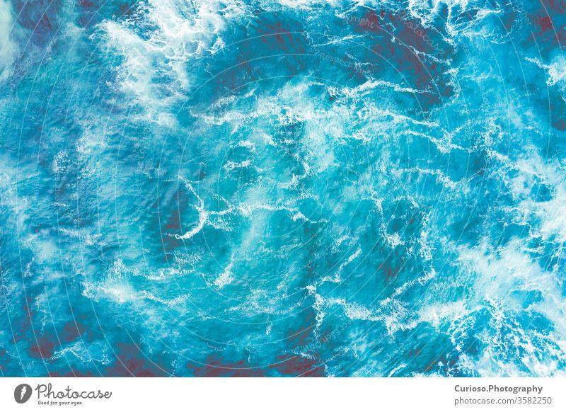 Luftaufnahme zu den Meereswellen. Blauer Wasserhintergrund. Foto von oben von einer Drohne gemacht. Antenne Ansicht Strand MEER Top winken Wellen Hintergrund