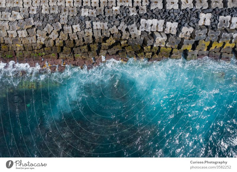 Luftaufnahme zu den Meereswellen. Blauer Wasserhintergrund. Foto von oben von einer Drohne gemacht. Ansicht MEER Wellen Top winken Strand Antenne Natur