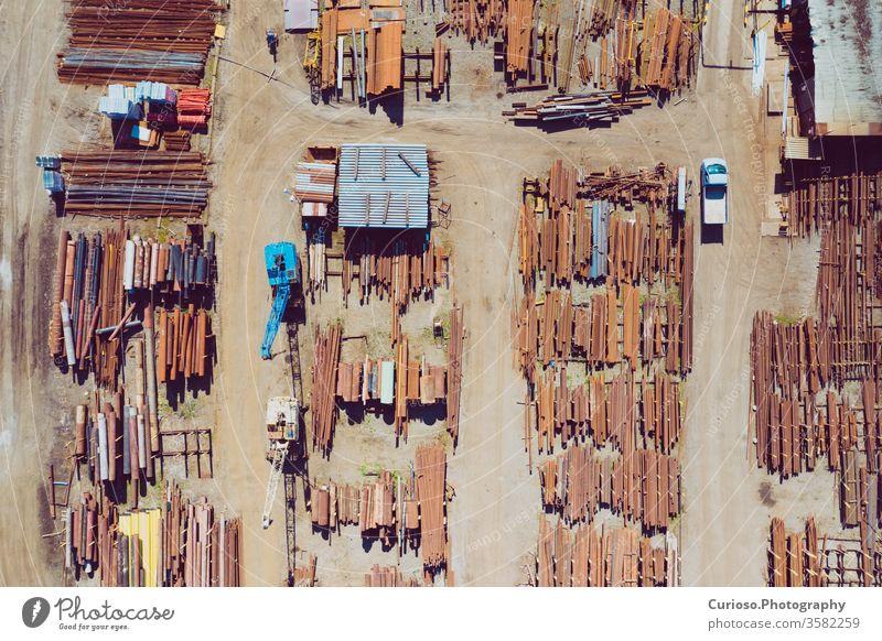 Draufsicht auf den Industriepark Stogare aus Stahl. Foto von Drohne von oben gemacht. Lager Konstruktion Metall industriell Lagerhalle bügeln Fabrik Röhren Bar