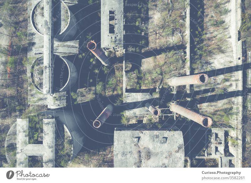 Luftaufnahme eines verlassenen Industriegeländes. Foto von Drohne von oben gemacht. Verlassen industriell Fabrik Gebäude alt Lagerhalle Hintergrund Innenbereich