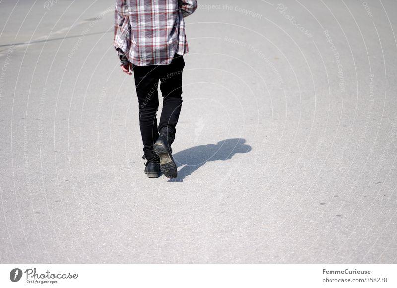 Unterwegs. Mensch Mann Jugendliche Sonne Einsamkeit schwarz Erwachsene Junger Mann 18-30 Jahre Frühling Wege & Pfade grau Reisefotografie Denken gehen maskulin