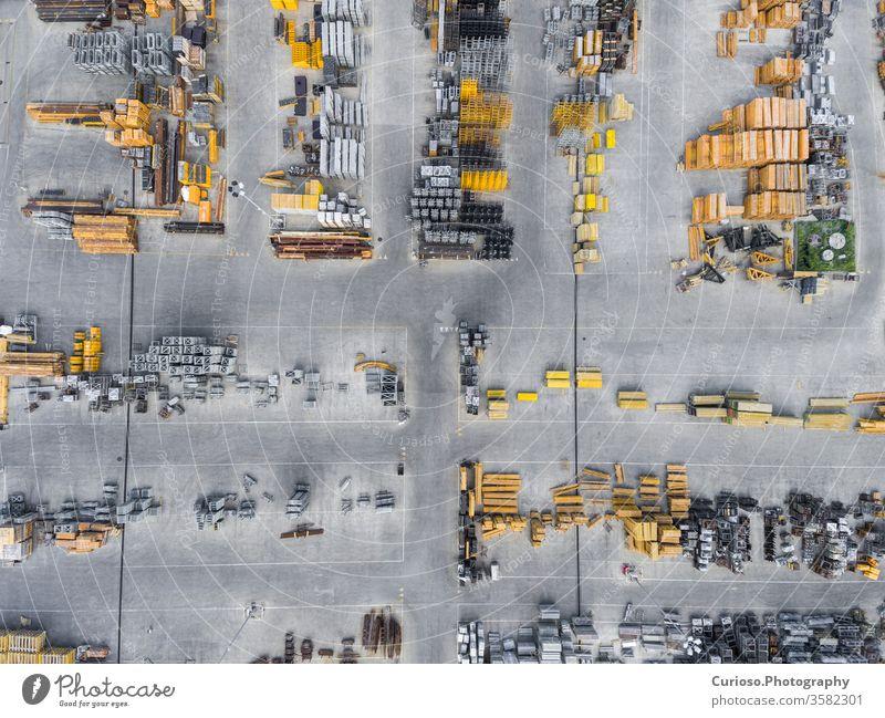 Industrieller Lagerplatz, Ansicht von oben. groß Vogel Kasten Gebäude Ladung Spalte wirtschaftlich Hubschrauber Versand Lagerhaus Verteilung Dröhnen elektrisch