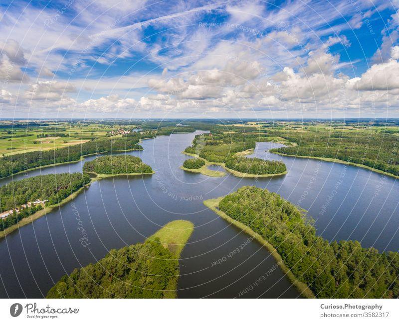 Luftaufnahme von grünen Inseln und Wolken an einem sonnigen Sommertag, Wydminy-See in Masuren in Polen. Antenne Ansicht mazury schön Landschaft Natur natürlich