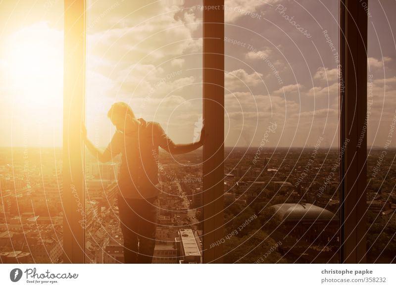 inferno Mensch Himmel Jugendliche Stadt Sommer Sonne Erwachsene Junger Mann Wärme 18-30 Jahre Traurigkeit außergewöhnlich maskulin Hochhaus stehen Schönes Wetter