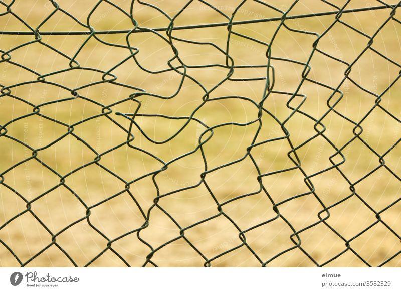defekter Maschendrahzaun Maschendrahtzaun Zaun Unordnung kaputt Metall Abgrenzung Draht Barriere Sicherheit Einbruch Struktur Verbote Schutz Grenze Drahtzaun