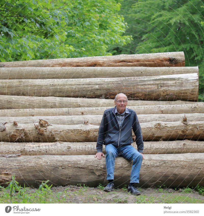 Pause - Senior sitzt im Wald auf gefällten Baumstämmen  | Lieblingsmensch Mensch Mann sitzen ausruhen Erholung Männlicher Senior Außenaufnahme 60 und älter