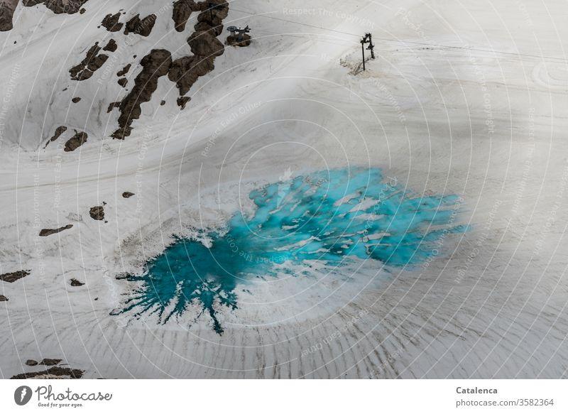Klimawandel, Gletscherschmelze. Eine türkis leuchtende Schmelzwasserpfütze hat sich auf dem Eis des Gletschers gebildet Gebirge Berge u. Gebirge Wasser Schnee