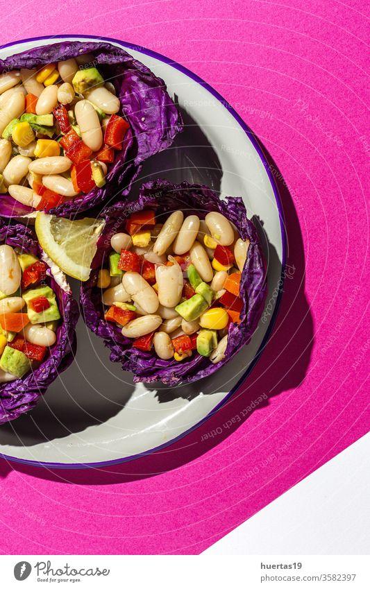 hausgemachter Bohnensalat mit Karotten, Avocado, Pfeffer Salatbeilage Lebensmittel Paprika Purpurkohl Mais Olivenöl Zitronensaft Vegane Ernährung Diät