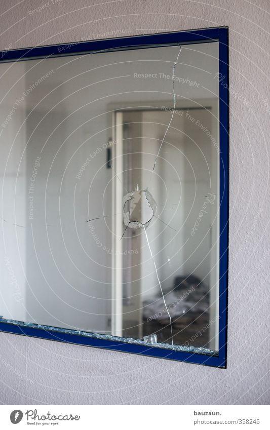 getroffen. blau weiß Fenster Wand Mauer Holz Büro Tür Glas Häusliches Leben kaputt Reinigen Vergänglichkeit Industrie Baustelle Fabrik