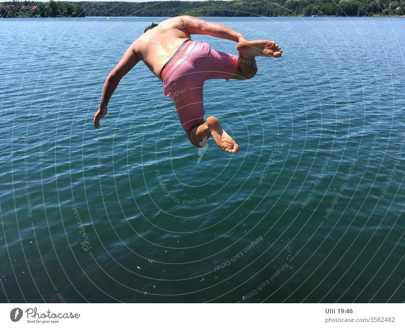 Sprung ins kalte Wasser (Nr.1) kaltblütig Mut mutig See Arschbombe kopfüber tauchen Gänsehaut hemmungslos fliegend Übermut Spaß haben bauchklatscher