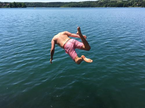 Sprung ins kalte Wasser (Nr.2) See kopfüber hemmungslos Mut mutig Gänsehaut Arschbombe tauchen