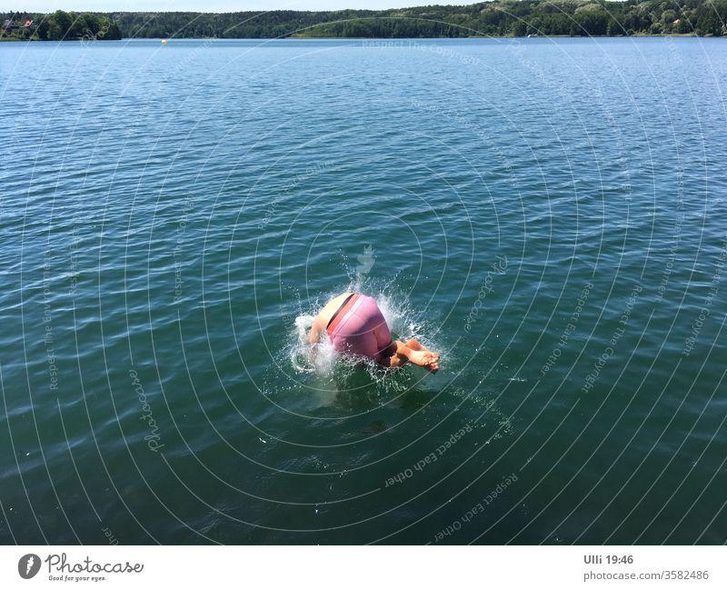 Sprung ins kalte Wasser (Nr.3) Sprungkraft springen See Mut mutig hemmungslos Arschbombe Schwimmen & Baden Ferien & Urlaub & Reisen nass Freude spritzen