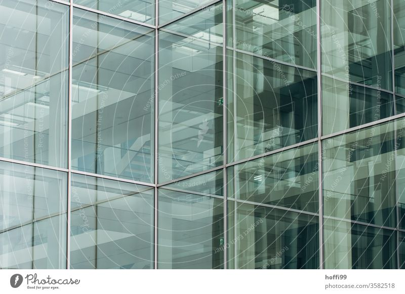 sich spiegelnde Glasfassade - Irrwege im urbanen Dschungel Fassade Reflexion & Spiegelung komplex Fenster Linie Design Hochhaus Symmetrie abstrakt