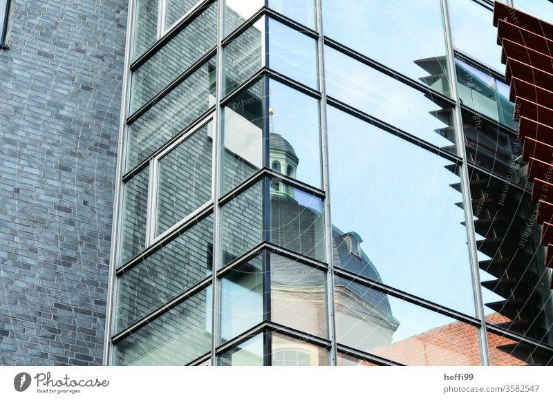 Spiegelnde moderne Aussenfassade zeigt Fragment der Altstadt Fenster Fassade Spiegelung Struktur Reflexion & Spiegelung Glas komplex abstrakt