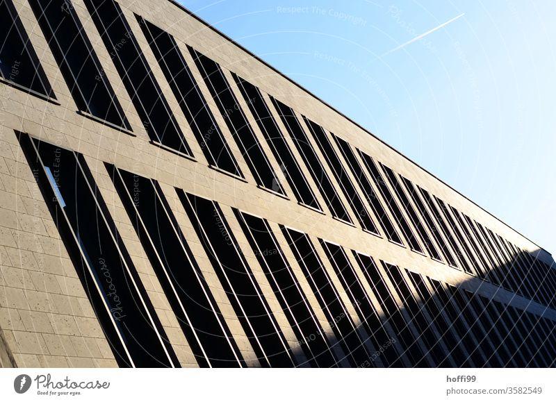 Schattenspiel mit Kondensstreifen am Himmel Luftverkehr Flugzeug Klimawandel Fassade Fenster Jalousie Architektur Bankgebäude Haus Sonnenlicht Licht