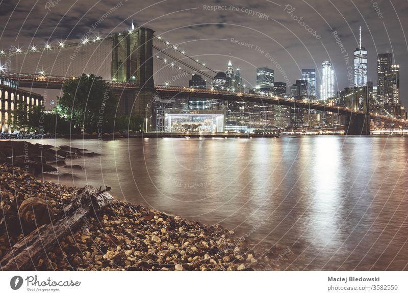 Brooklyn Bridge und Manhattan bei Nacht, New York. New York State Großstadt Skyline Wasser Reflexion & Spiegelung USA urban Himmel berühmt nyc neu Panorama