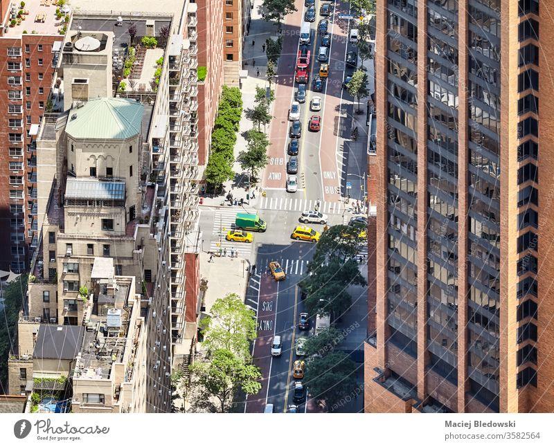 Luftaufnahme einer Straße und von Gebäuden in der Innenstadt von New York, USA. Großstadt Verkehr neu urban New York State Stadtzentrum Manhattan Taxi PKW