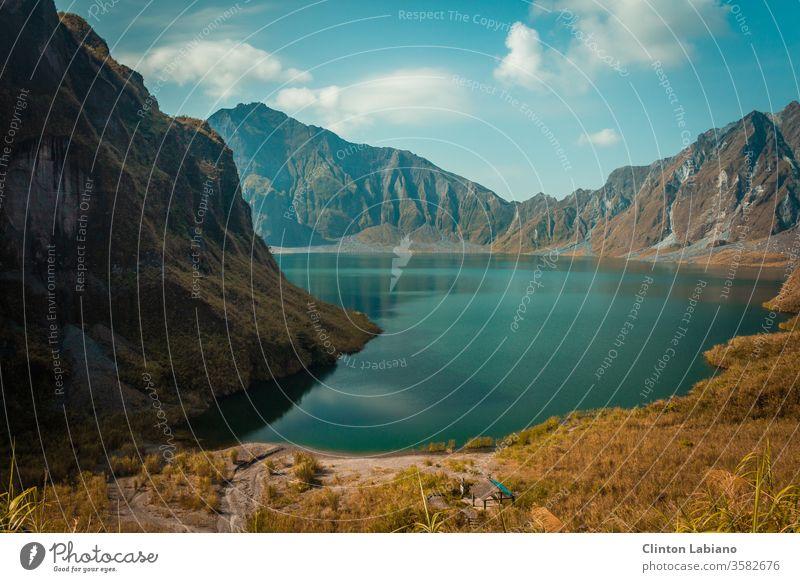 krater des berges pinatubo der philippinen Zentralperspektive Tag Menschenleer Außenaufnahme mehrfarbig Farbfoto türkis Vulkankrater Kraterrand