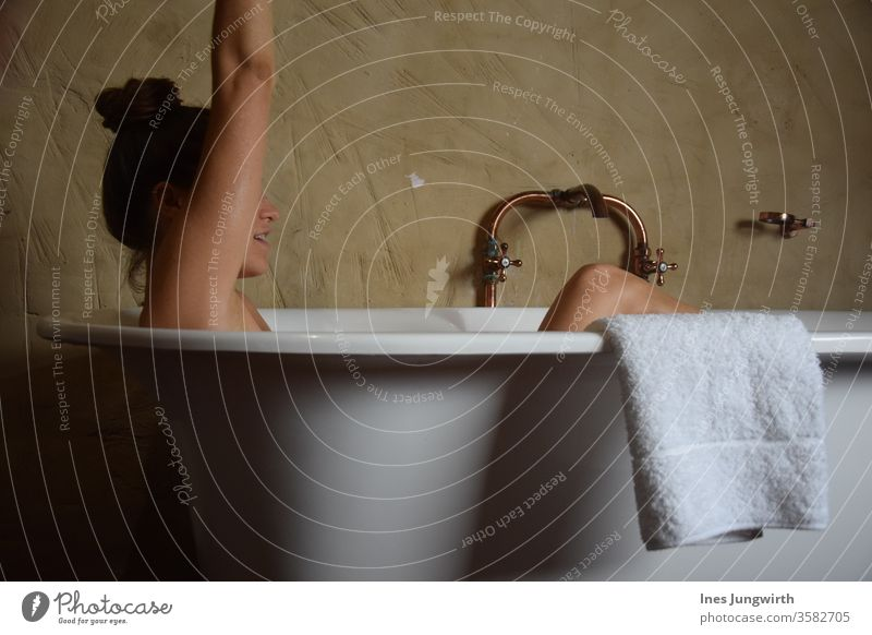Badewannenparty Mensch Handtuch Spa Erholung Wellness Farbfoto schön Körperpflege Innenaufnahme Gesundheit Wohlgefühl Stil Design Kosmetik Kur Lifestyle Haut