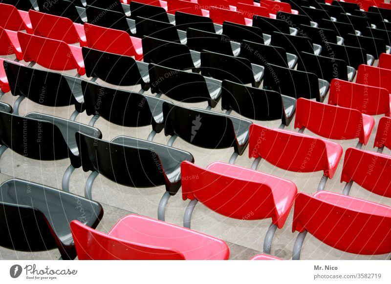 leere Stuhlreihen Reihe Sitzreihe Sitzgelegenheit Platz Veranstaltung rot schwarz Bestuhlung Publikum frei Konzert Saal Tribüne Stadion viele sitzen