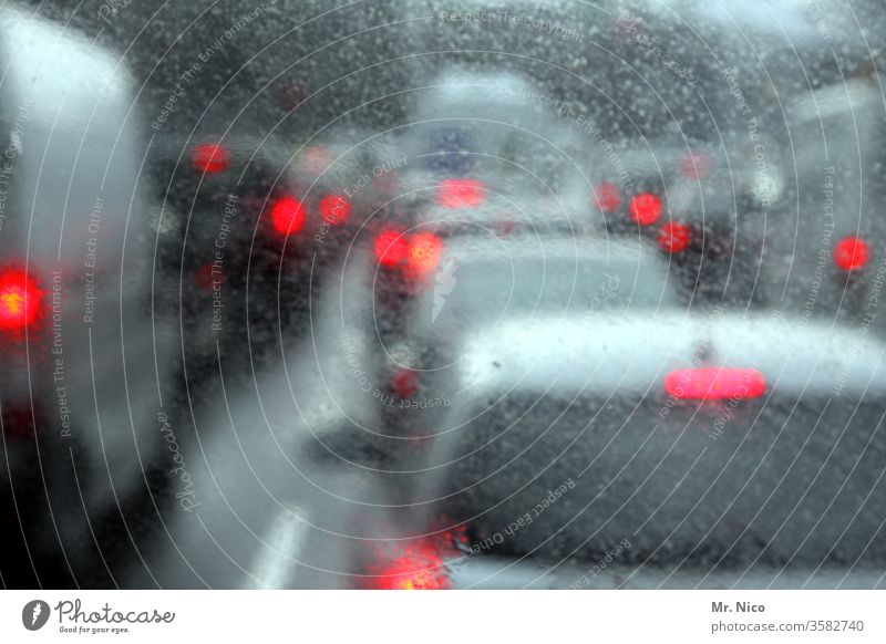 im Stau stehen Regen Rücklicht Unschärfe Verkehr PKW Straße rot Autofahren Autobahn Verkehrsmittel Straßenverkehr Verkehrswege Fahrzeug Berufsverkehr
