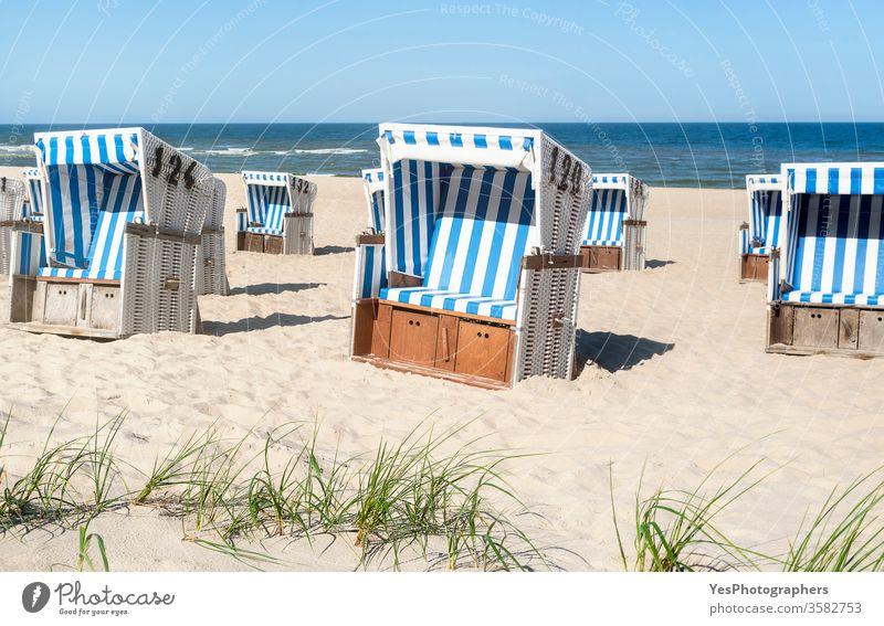 Strandkörbe auf dem Sand an der Nordsee auf der Insel Sylt. Sommerurlaub Friesische Insel Schleswig-Holstein Wattenmeer Küstenlinie Dunes leerer Strand Vorland