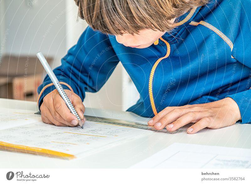 homeschooling | auf ein neues coronavirus konzentriert Konzentration Füller zuhause Homeoffice anstrengen angestrengt Homeschooling zu Hause arbeiten