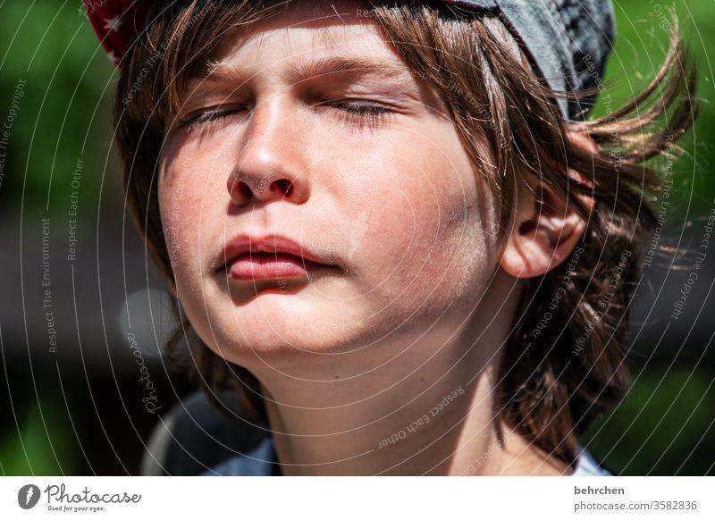 sonne tanken träumen Liebe Farbfoto hübsch Nahaufnahme Kind Junge Familie & Verwandtschaft Kopf Kindheit Auge Nase Gesicht Mund Lippen Tag Licht Kontrast